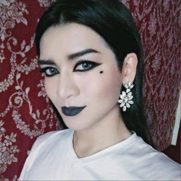 Anh chàng còn khiến fan phát cuồng khi cosplay các ngôi sao quá giống. Ánh mắt, đôi môi hay nốt ruồi của HLV The Voice Kids 2016 - Đông Nhi không lẫn vào đâu được.