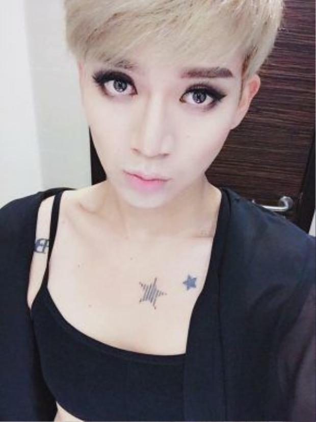 Mái tóc ngắn bạch kim cá tính, đôi mắt to, gương mặt sexy của Tóc Tiên được BB Trần cosplay thành công.