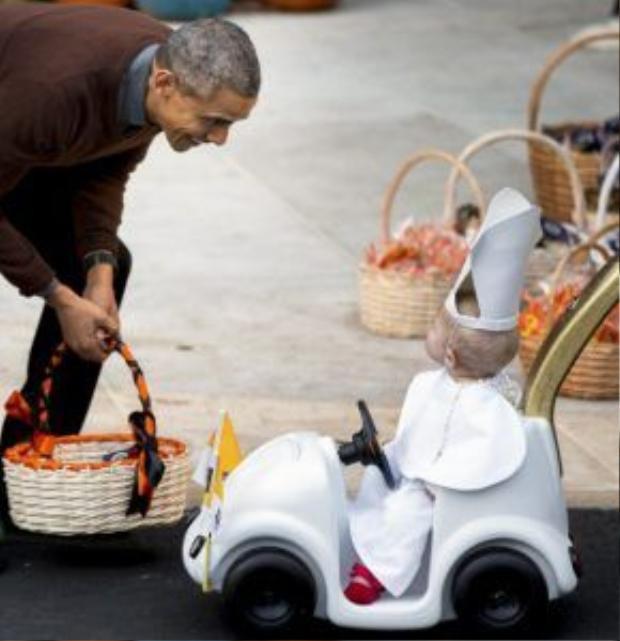 Dịp Halloween 2015, ngài Tổng thống được ghi lại trong một khoảnh khắc đầy bất ngờ và thú vị khi nhìn thấy một em nhỏ hóa trang thành Giáo hoàng tại Nhà Trắng.