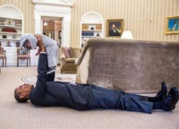 Ngoài giờ làm việc, Tổng thống Obama luôn dành thời gian thư giãn, giảm thiểu căng thẳng đầu óc. Một trong những cách hiệu quả nhất đó là vui đùa cùng với con gái đáng yêu của Phó cố vấn an ninh quốc gia. Trong ảnh là hình ảnh cô bé đang cosplay trong bộ đồ chú voi nhỏ.