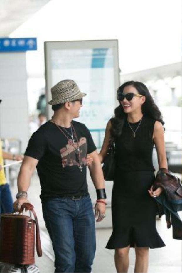 Hai vợ chồng xuất hiện rạng rỡ tại sân bay với quần áo tông màu đen cá tính.