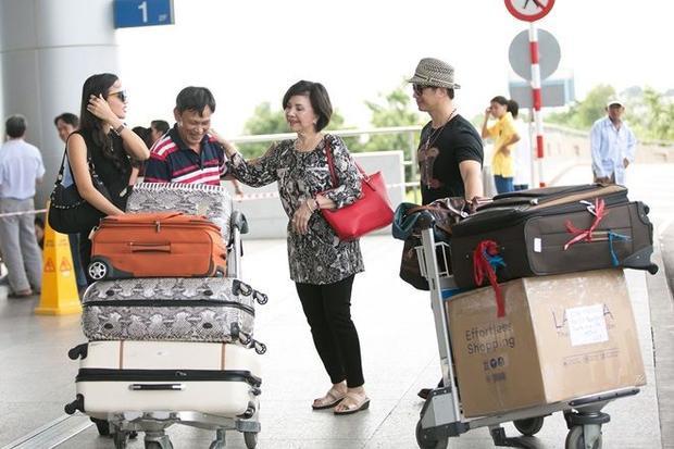 Vợ chồng Dustin Nguyễn  Bebe Phạm tình tứ, e ấp tại sân bay