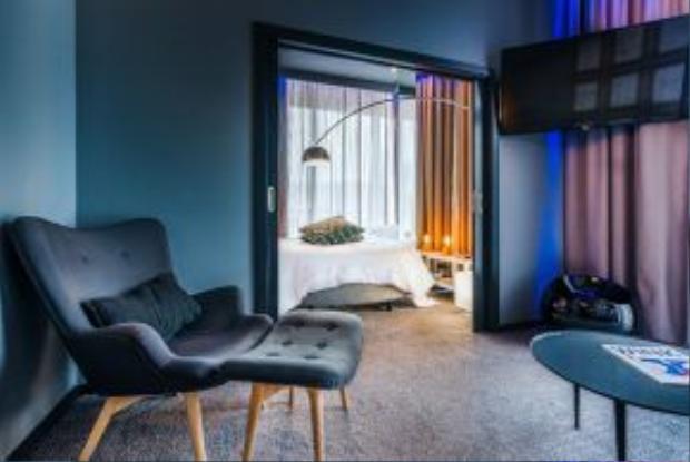 Khách sạn có 48 phòng và một khu phòng Ronaldo CR7 tầng thượng, bể bơi mái nhà, nhà hàng mở, một khu thư giãn nhìn ra Funchal và hải cảng.