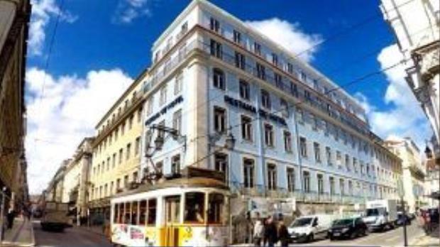 Ở Lisbon, khách sạn Pestana CR7 Lisboa sẽ nằm gần mặt nước, với 82 phòng và một khu phòng Ronaldo CR7. Phần lớn các phòng sẽ nhìn ra phố Rua da Prata và Rua do Comercio, tuy nhiên các phòng tầng thượng có thể nhìn ra toàn cảnh thành phố Lisbon.