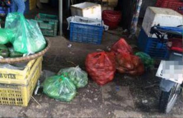 Hoa quả thối được tập kết lại một điểm tại chợ Long Biên