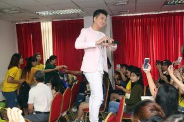 Ngô Kiến Huy còn nhiệt tình đứng lên ghế hát tặng và tham gia nhiều trò chơi cùng các fan.