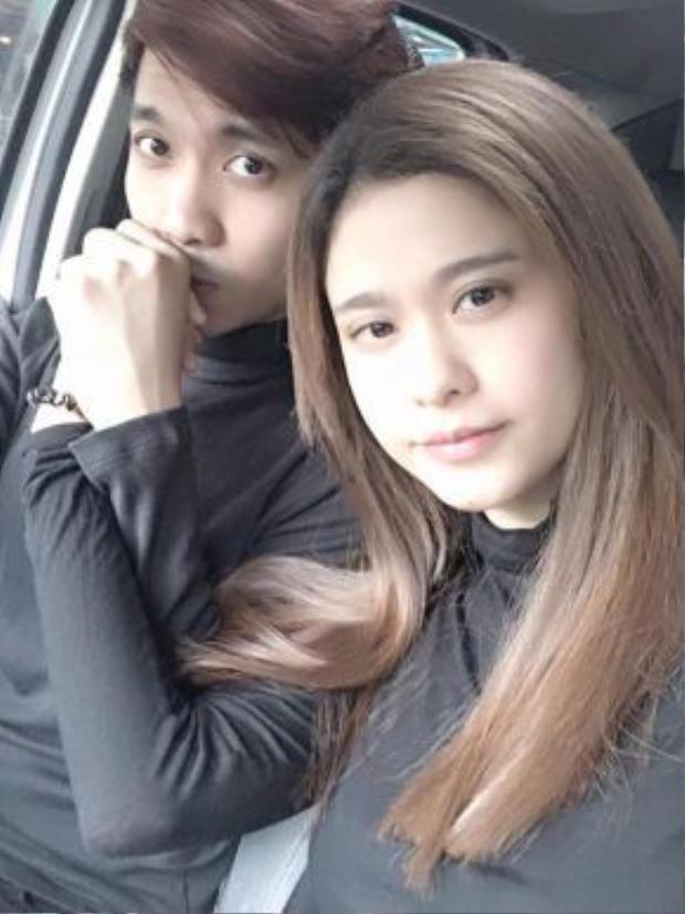Thời gian gần đây, Tim thường xuyên đăng tải hình ảnh thân mật với Trương Quỳnh Anh trên Facebook.