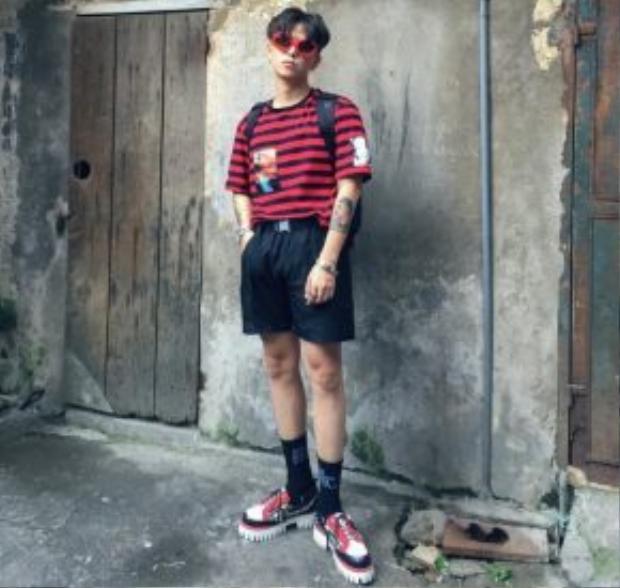 Cao Minh Thắng với chiếc kính mắt ruồi màu đỏ nổi bật.
