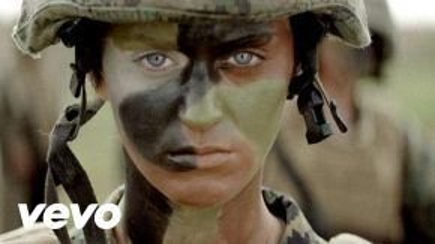 Nữ quân nhân cực ngầu với Part of Me.