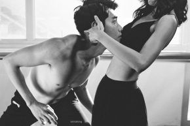 Có lúc, anh hạnh phúc khi trò chuyện, dìu dắt người tình. Đến đoạn chia ly, anh thể hiện vẻ nuối tiếc và day dứt.Chàng vũ côngdành thời gian vài tiếng mỗi ngày để tập luyện nhuần nguyễn các động tác, đồng thời cảm nhận, biểu cảm theo mạch câu chuyện. Nhờ đó, anh có một bài nhảy tốt kỹ thuật và sâu cảm xúc.