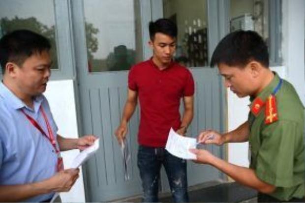PGS Nguyễn Phong Điền - Trưởng phòng Đào tạo, Đại học Bách khoa Hà Nội (bên trái) hướng dẫn thí sinh Hảo làm cam kết. Ảnh: Anh Tuấn.