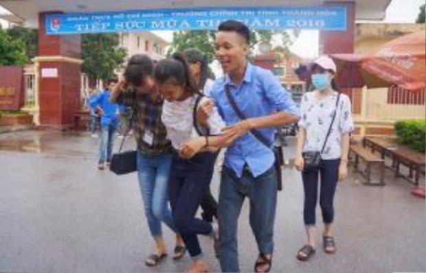 Nguyễn Thị Hồng được nhiều bạn bè hỗ trợ. Ảnh: Nguyễn Dương.