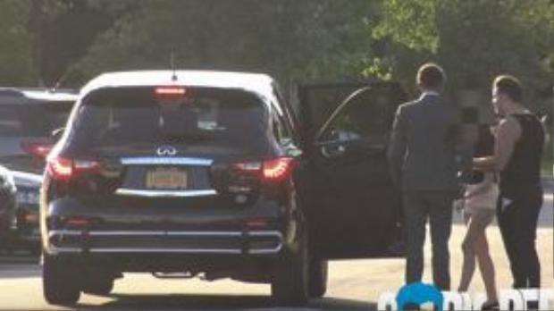 Lauren lên ô tô cùng Coby với hai người đàn ông xa lạ khác