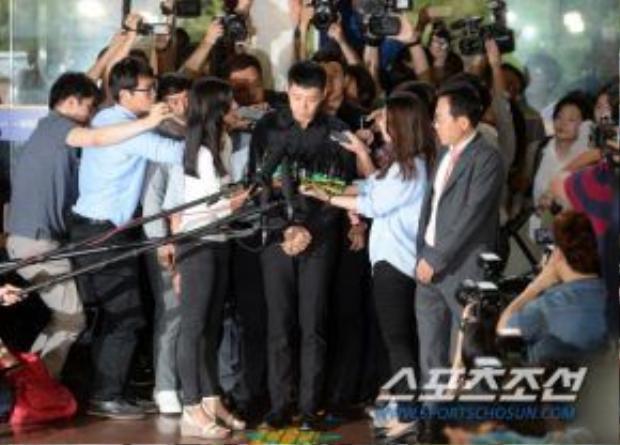 Nam ca sĩ bị bao vây bởi truyền thông.