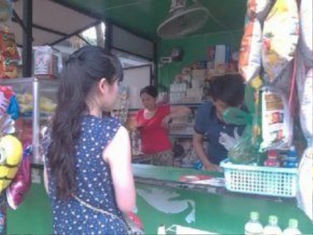 Bạn Thanh tâm đang mua một số vật dụng cần thiết vào để chăm cháu Yến Nhi ngày 30/6.