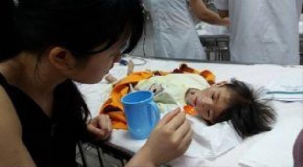 Bạn Thanh Tâm đang chăm sóc cho cháu Yến Nhi tối ngày 29/6 khi vừa được chuyển xuống BV Nhi TW.