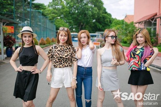 5 cô nàng S Girl, mỗi người một phong cách, khoe dáng trên phố tươi vui trước thềm đêm chung kết.