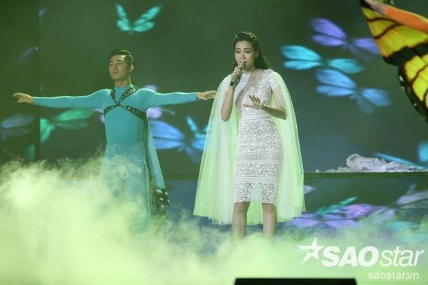 Chiếc áo khoác choàng trắng muốt như tôn lên vẻ đẹp nữ tính, bay bổng cho giọng ca.