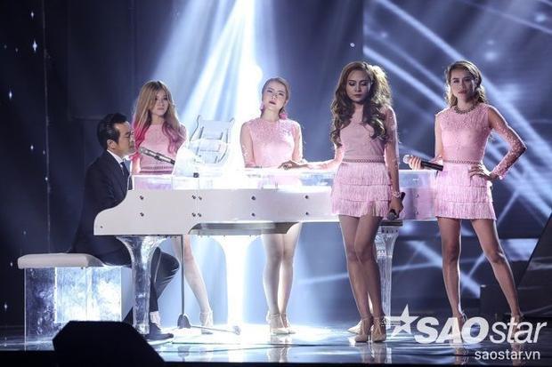 Tinh thần đồng đội được các cô nàng trong S-Girls thể hiện thông qua việc lựa chọn sắc hồng nữ tính trên trang phục mang nét thông nhất giữa các thành viên.