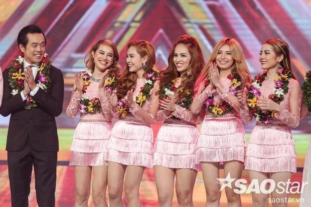 Sự hòa phối ăn ý giữa bộ trang phục cùng lối make-up sắc sảo cũng nhằm tôn lên nét đẹp của các cô nàng trong nhóm S-Girls.