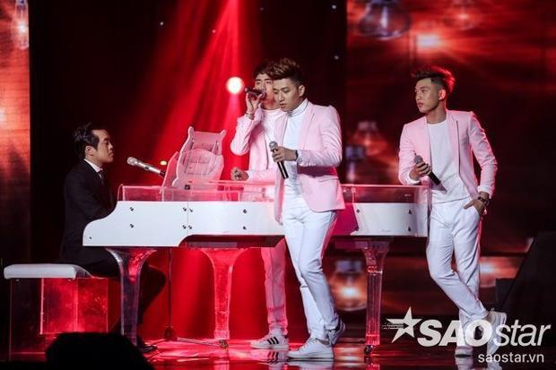 Chiếc áo blazer tông hồng pastel xem như điểm nhấn nhá hoàn hảo trên bộ trang phục white-on-white của các chàng trai trong nhóm The Wings.