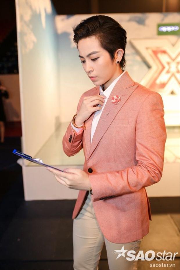 Lịch lãm cùng trang phục menswear, Gil Lê đang càng ngày chứng tỏ cho các khản giả thấy hình ảnh biến hóa của chính mình.