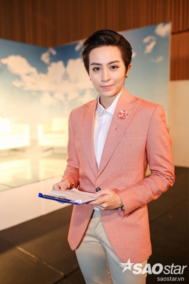 Sắc hồng pastel trên chiếc áo blazer cũng xem như điểm nhấn hoàn hảo giúp nổi bật toàn bộ set đồ của Gil Lê.