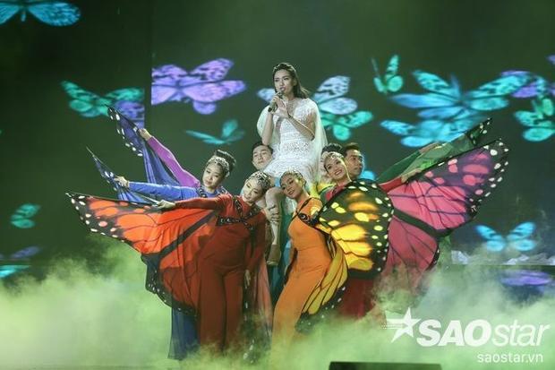 Nữ ca sĩ được ví von như một nữ thần khi diện trang phục này.