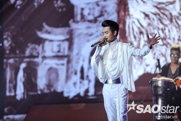 Nam ca sĩtạo điểm nhấn nhá trên trang phục bằng tông màu trắng lạ mắt trên trang phục cùng những chi tiết độc đáo khiến set đồ trở nên hoàn hảo trên sân khấu.