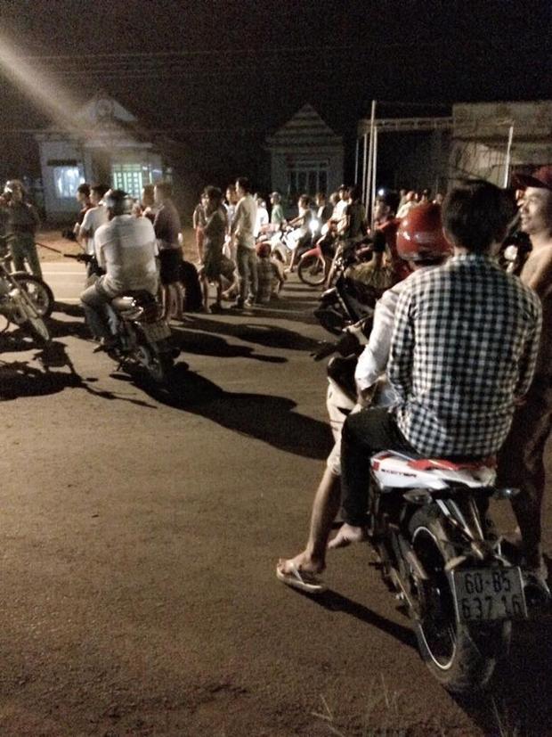 Khá nhiều người đi đường bị trấn lột xe máy, điện thoại… Ảnh: Trần Hữu Nghĩa