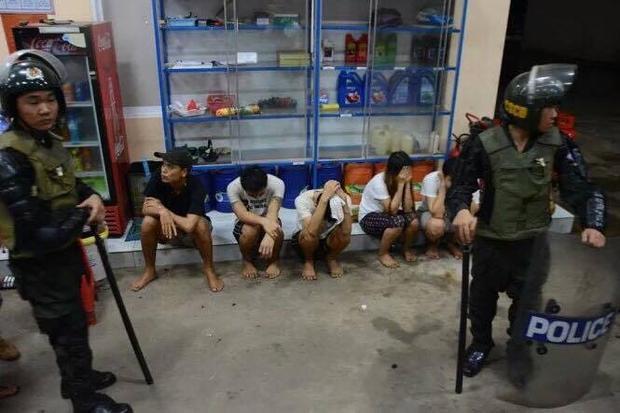 Một số học viên cai nghiện đã bị công an bắt giữ tại cây xăng Nam Phương Long - Ảnh: Đức Trọng