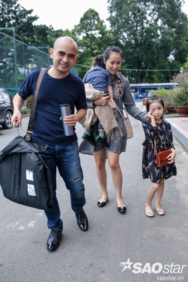 Đức Trí đến trường quay cùng vợ và hai con gái nhỏ
