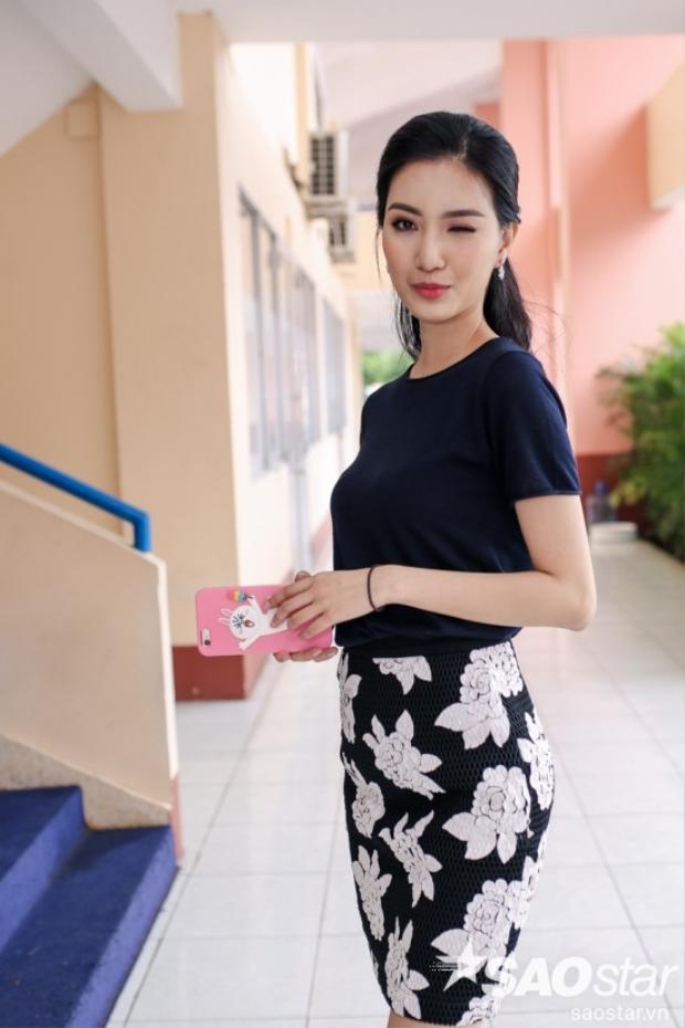 MC Mỹ Linh xinh đẹp rạng ngời trước giờ lên sóng