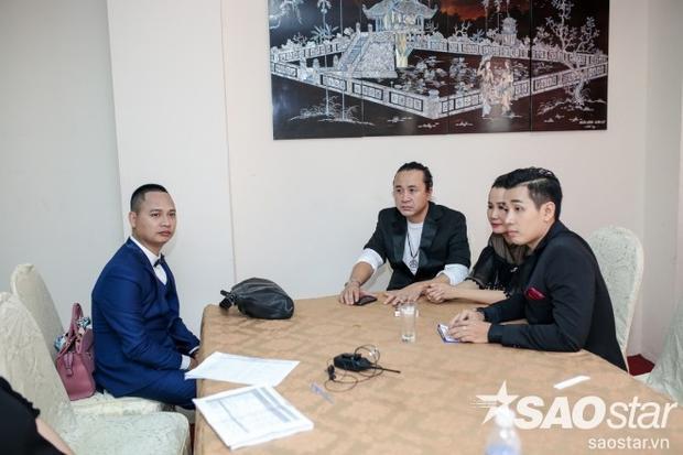 Các HLV và MC Nguyên Khang trong phòng chờ