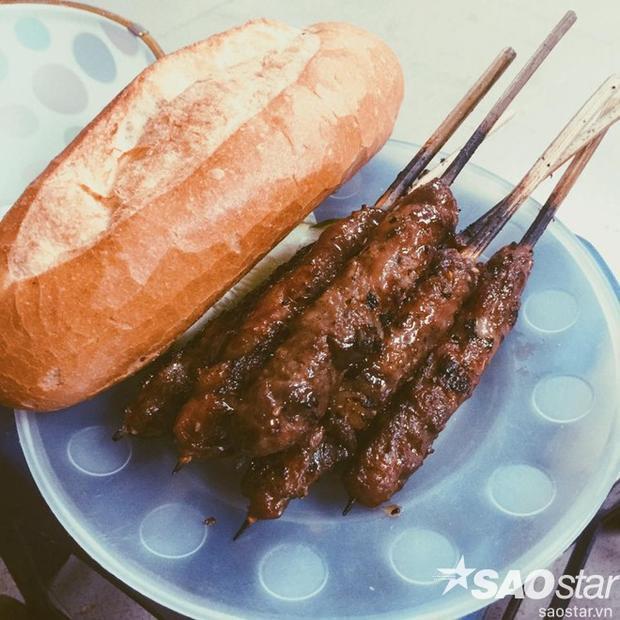 Thịt nướng ăn kèm với bánh mỳ thì ngon khỏi bàn. Ảnh: facebook Hương Ngân