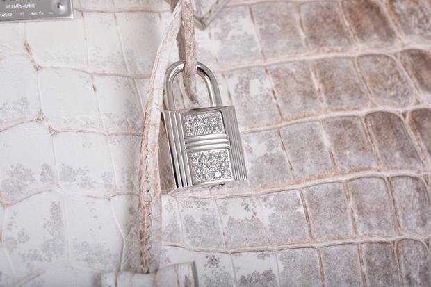 Cân cảnh chiếc ổ khóa đính kim cương của Hermès Himalayan Crocodile Birkin.