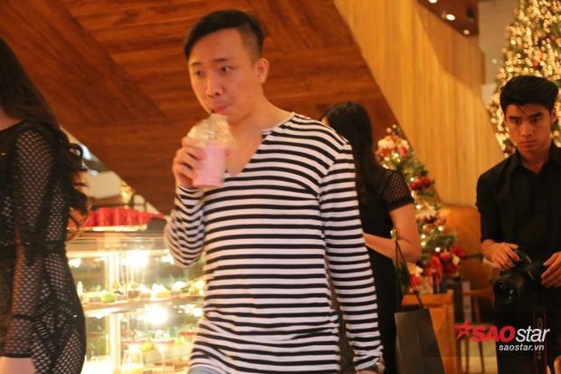 Sau khi ăn xong, Trấn Thành nhanh chóng di chuyển lên tầng trên để make up chuẩn bị đón khách.