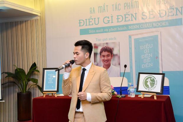 Phạm Hồng Phước thể hiện Điều gì đến sẽ đến trong buổi họp báo.