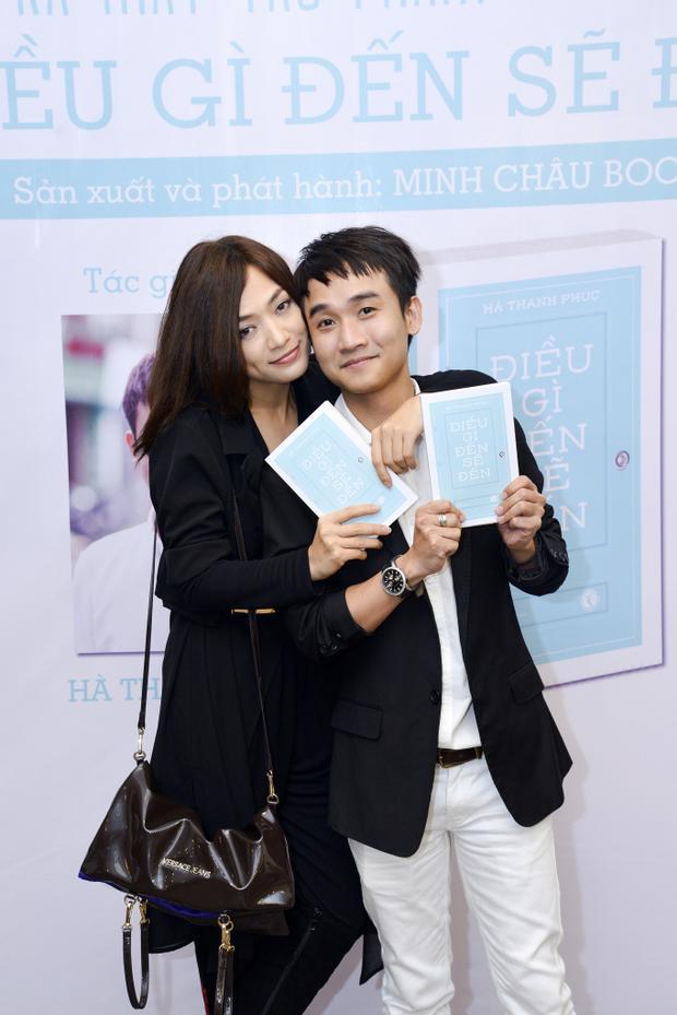Tina Tình tới chúc mừng tác giả Hà Thanh Phúc.