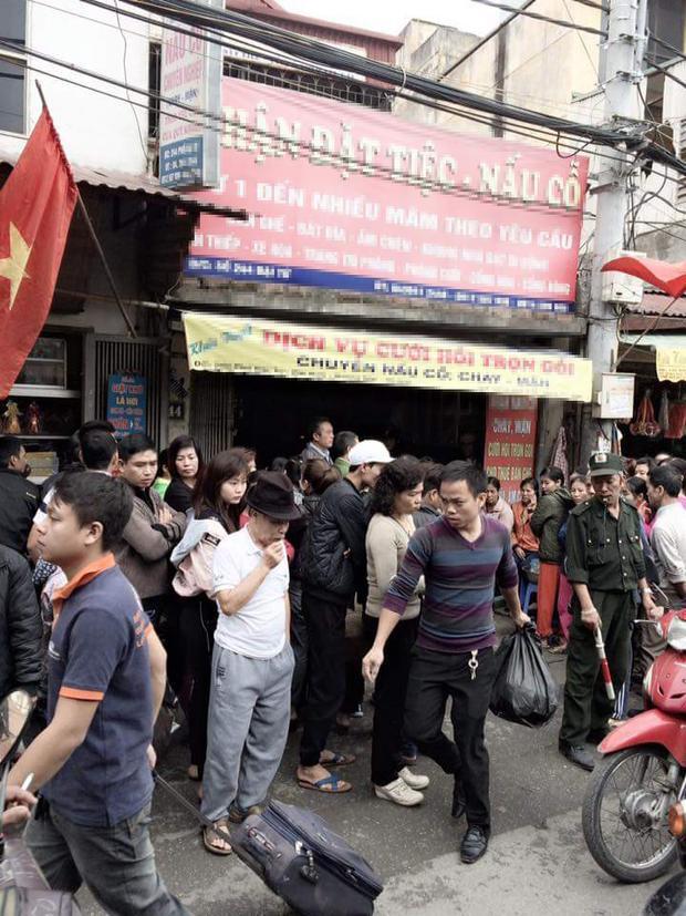 Rất đông người dân hiếu kỳ xung quanh cửa hàng xảy ra sự việc.