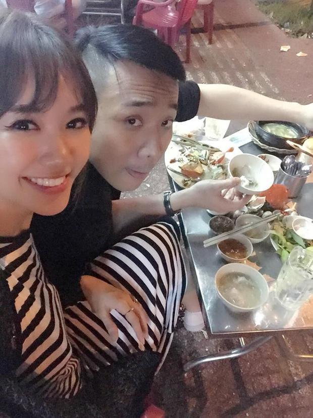 """Dù """"mỗi người một phương"""" nhưng Hari Won và Trấn Thành đã nhanh chóng đoàn tụ sau khi kết thúc công việc. Trên trang facebook cá nhân, giọng ca Anh cứ đi đi hào hứng đăng tải hình ảnh đi ăn khuya cùng chồng sắp cưới."""