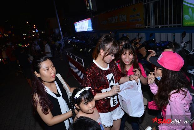 Sự xuất hiện của Hari Won thu hút đông đảo sự chú ý của những người có mặt.