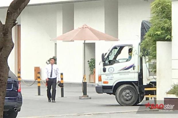 An ninh xung quanh nơi tổ chức tiêc cưới cũng được thắt chặt, những xe ra vào đều được bảo vệ kiểm tra.