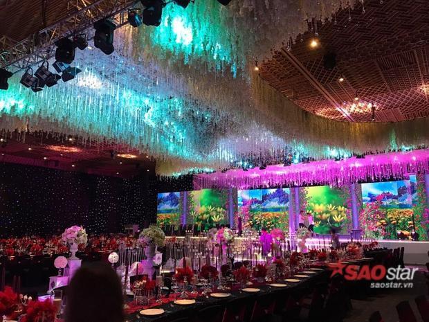 Sảnh nơi tổ chức tiệc cưới cũng được trang trí hoành tráng không kém.