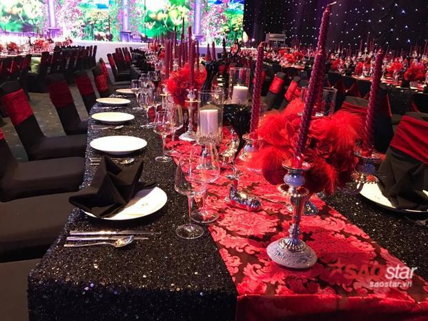 Bàn tiệc được trang trí theo tông màu đỏ - đen. Được biết, Trấn Thành cũng đặc biệt yêu cầu các khách mời đến tham dự tiệc cưới mặc trang phục đỏ - đen.