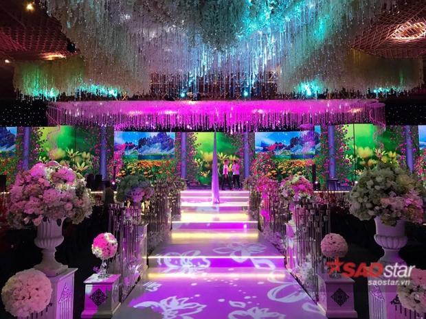 Sân khấu nơi tổ chức tiệc cưới.