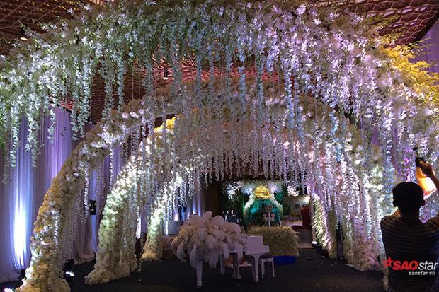 Cổng chào đón khách được trang trí toàn bộ bằng hoa tươi không gian vô cùng lãng mạn và cũng không kém phần hoành tráng.