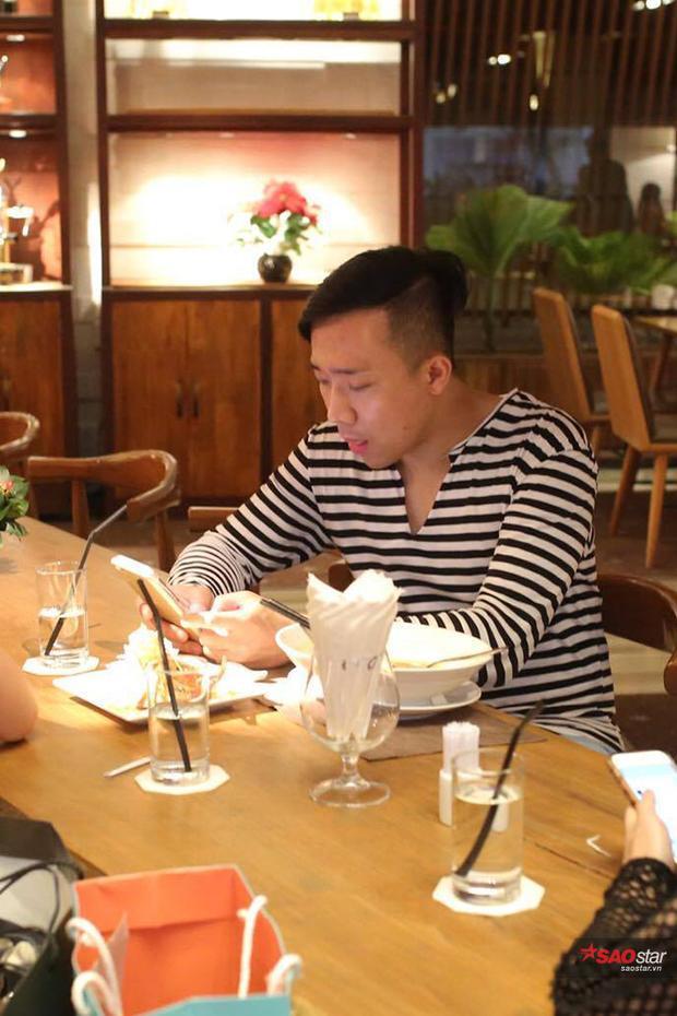 Nam MC liên tục bận rộn với chiếc điện thoại trong suốt quá trình ăn.