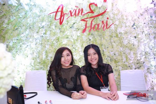Hai cô em gái của Trấn Thành chịu trách nhiệm ngồi ở bàn lễ tân để đón khách.