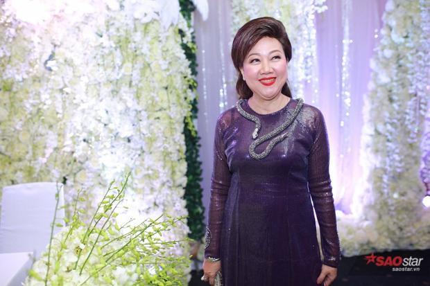 Mẹ của Trấn Thành chọn bộ áo dài vô cùng quý phái.
